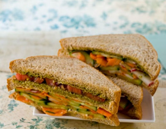 Bread slices with healthy hummus & vegetables